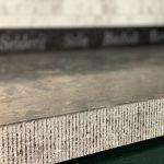 Gefrijnde randafwerking met hamer en beitel